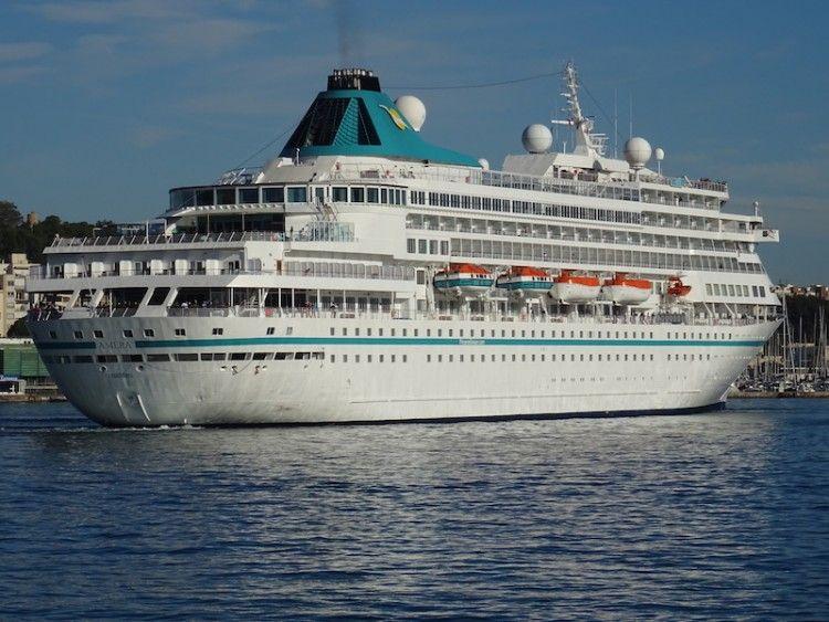 """El buque """"Amera"""" maniobra en el puerto de Cartagena"""