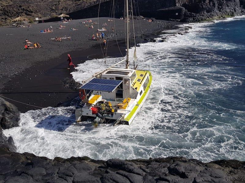 La embarcación quedó atravesada a la orilla de la playa