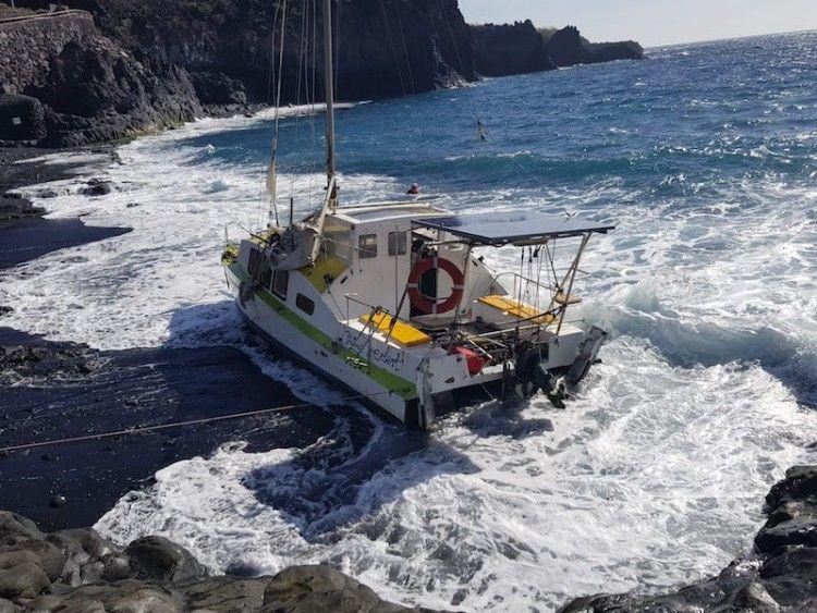 La embarcación, varada en la playa de Charco Verde