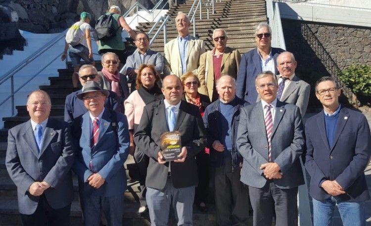 Foto de familia de los cronistas oficiales de Canarias reunidos en Candelaria