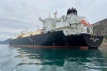 """El buque metanero """"British Listener"""", visto por la aleta de babor"""