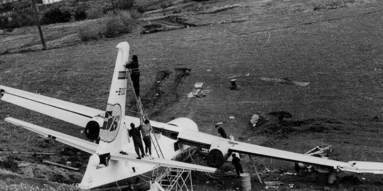 El avión, visto desde el borde del talud