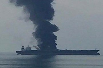 """La impresionante columna de humo que emerge del petrolero """"Zoya 1"""""""