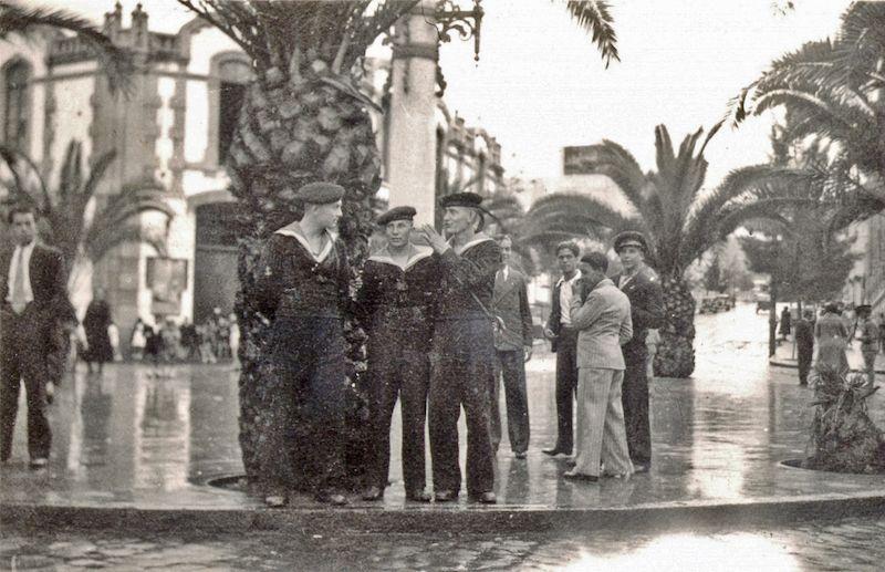 """Marineros del buque-escuela """"Suomen Joutsen"""" en la plaza de la Paz, el 3 de febrero de 1934"""