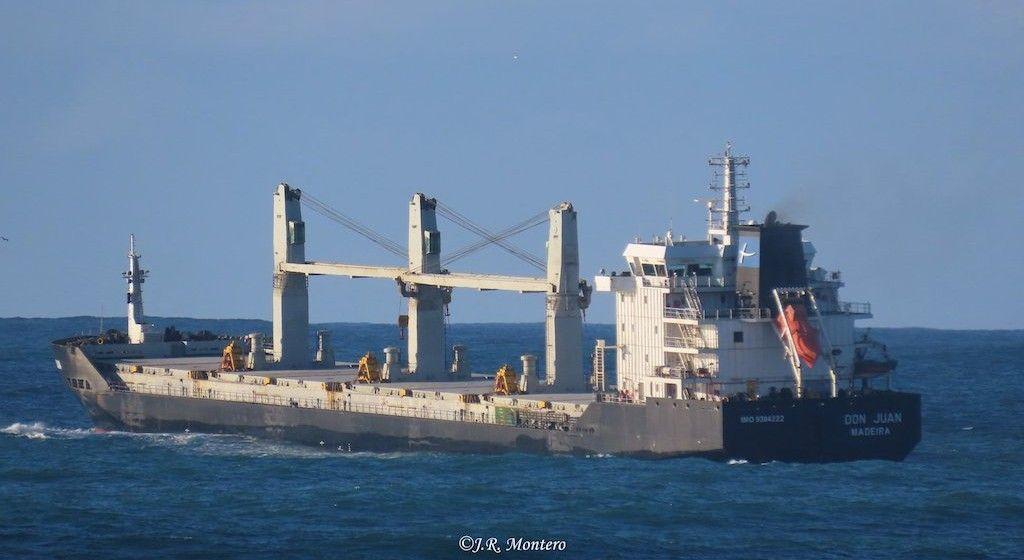 """El buque """"Don Juan"""", a su salida de Punta Langosteira, A Coruña"""