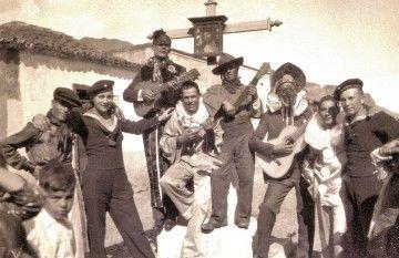 Marineros finlandeses con un grupo de carnavales en San Andrés (11 de febrero de 1934)