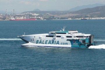 """El catamarán """"Jaume I"""" opera en aguas del Estrecho"""