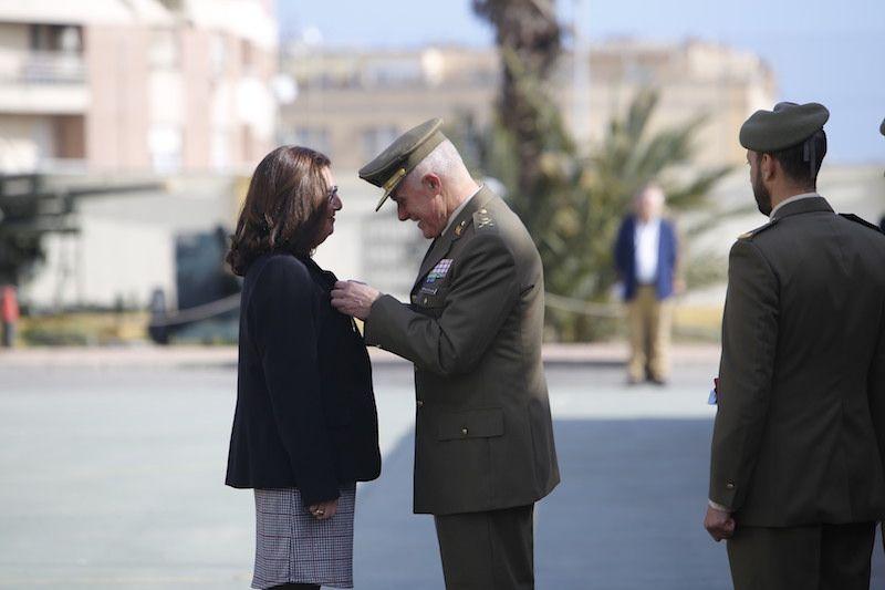 El general González de Alba Baamonde impone la condecoración a Pilar Rodríguez-Guerra