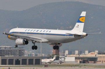 El avión retro A321 de Lufthansa, a punto de aterrizar en el aeropuerto de Barcelona