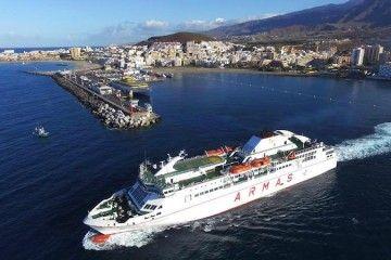 """El ferry """"Volcán de Taburiente"""" maniobra en el puerto de Los Cristianos"""