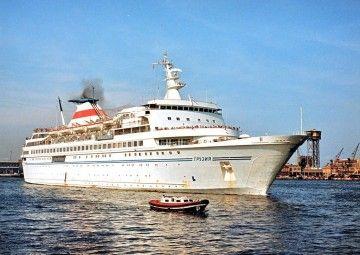 """El buque soviético """"Gruziya"""", en aguas del puerto de Barcelona"""