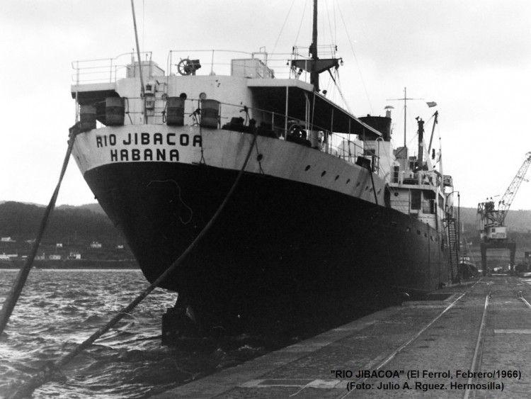 """El buque cubano """"Río Jibacoa"""", visto de popa atracado en enero de 1966 en el puerto de Ferrol"""