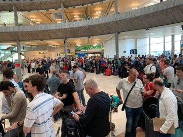 Colas de pasajeros en Tenerife Norte para tratar se reubicarse en otros vuelos