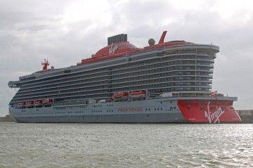 """El buque """"Scarlett Lady"""", visto por la aleta de babor, en el puerto de Dover"""