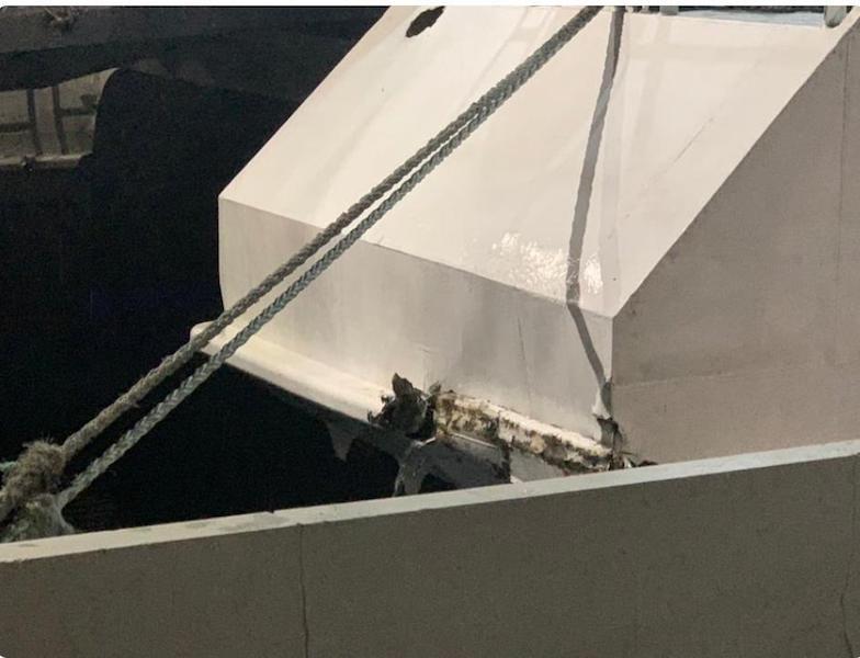 Se aprecian daños tras el golpe sufrido en la zona de popa del buque