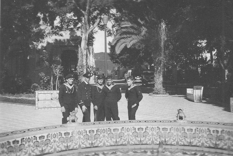 Tres marineros y un oficial de la Plaza de los Patos