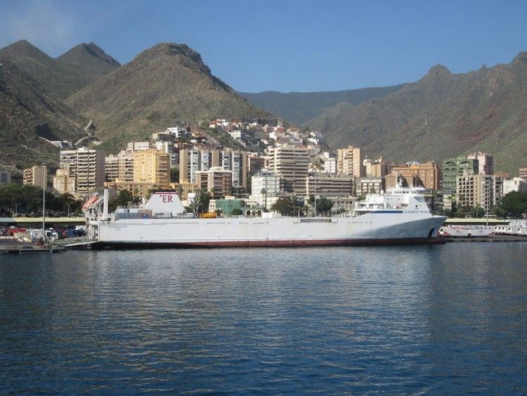 """El buque rolón """"Elisabeth Russ"""", de nuevo en la línea Cádiz-Canarias"""