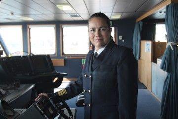 """Romi Suárez Ruiz, en el puente de mando del buque """"Ciudad Autónoma Melilla"""""""