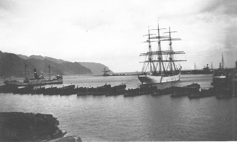 """El buque-escuela finlandés """"Suomen Joutsen"""", fondeado en la rada de Santa Cruz de Tenerife (febrero de 1934)"""