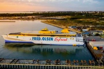 "El trimarán ""Bajamar Express"", a flote"