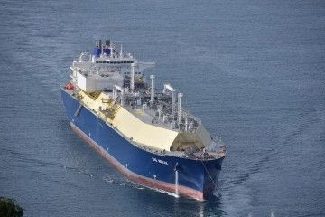 """El buque metanero """"LNH Merak"""" maniobra en la ría de Ferrol"""