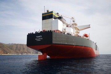 """Vista de popa del petrolero """"Tahití"""", abanderado en Malta"""