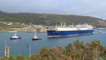 """El buque """"LNG Merak"""", a su salida de la ría de Ferrol"""