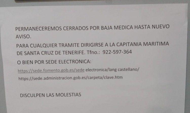 Este es el cartel que informa del cierre temporal de la Capitanía de Los Cristianos