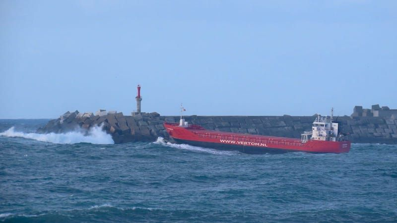 """El buque """"Waaldijk"""" enfila mar abierta"""