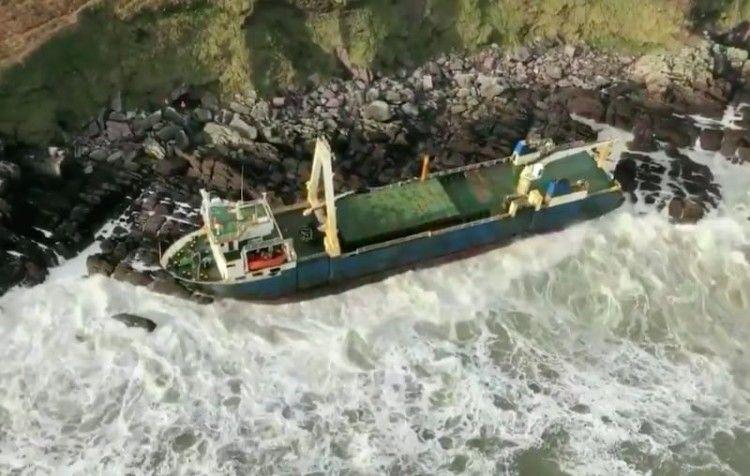 """El buque """"Alta"""", embarrancado en la costa  de Irlanda"""