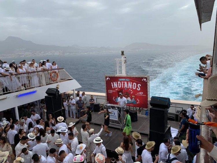 """""""Los Salvapantallas"""", en su actuación en la popa del ferry """"Volcán de Taburiente"""""""