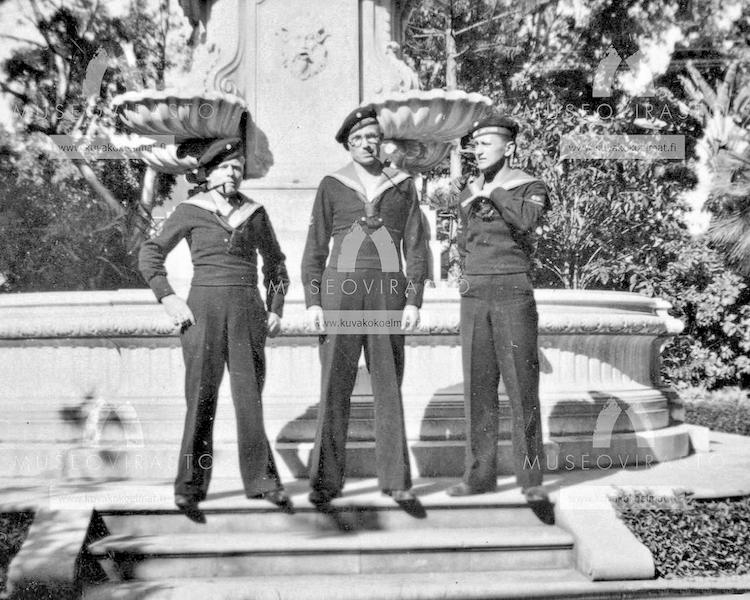Tres marineros finlandeses junto a la fontana de la plaza Weyler