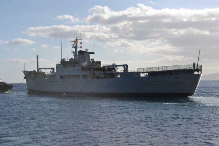 """El buque """"Contramaestre Casado"""" maniobra en el puerto de Santa Cruz de Tenerife"""