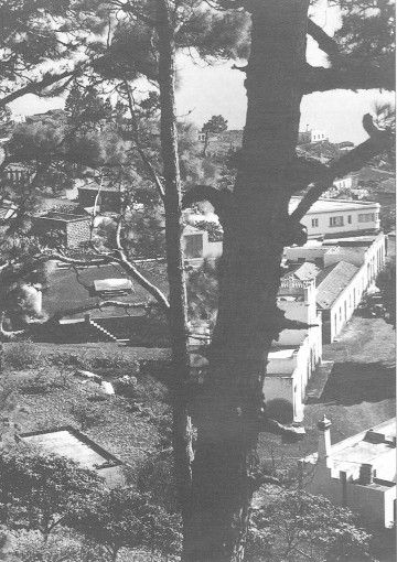 La plaza, aun de tierra, con la base de una tarima elevada que sería demolido
