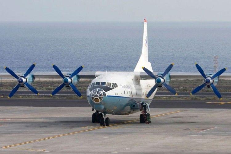 El avión Antonov An-12B UR-CEZ, estacionado en Tenerife Sur