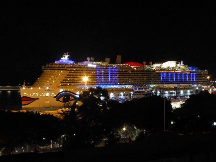 """El buque """"AIDAnova"""", atracado en el puerto de Santa Cruz de Tenerife"""