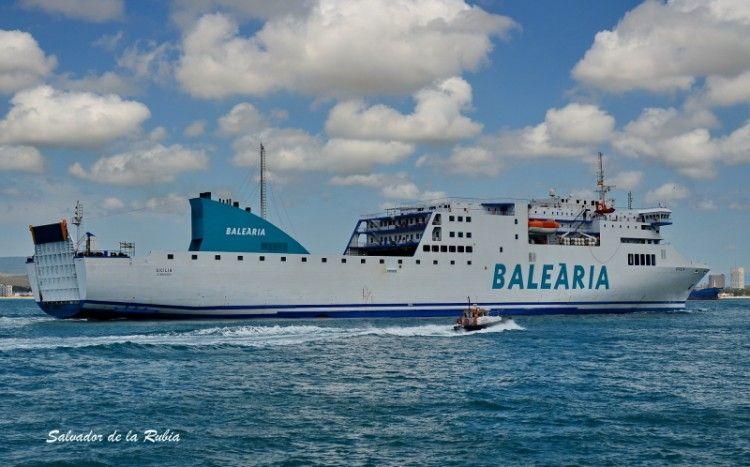 """El buque """"Sicilia"""", de la flota de Balearia, visto por la banda de estribor"""