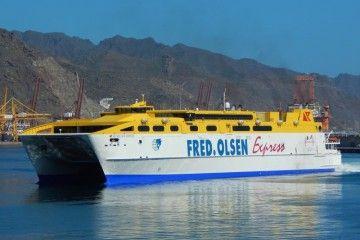 """El catamarán """"Betancuria Express"""" arriba al puerto de Santa Cruz de Tenerife"""