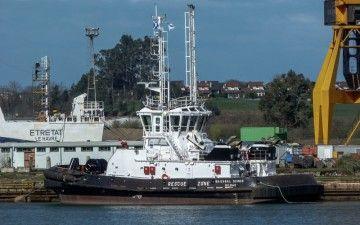 """El remolcador """"Ibaizábal Quince"""", atracado en el muelle de Astilleros de Santander"""