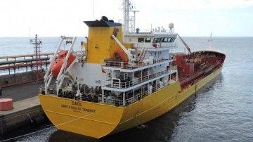"""El petrolero """"Dácil"""", atracado en el muelle de la Hondura de CEPSA"""