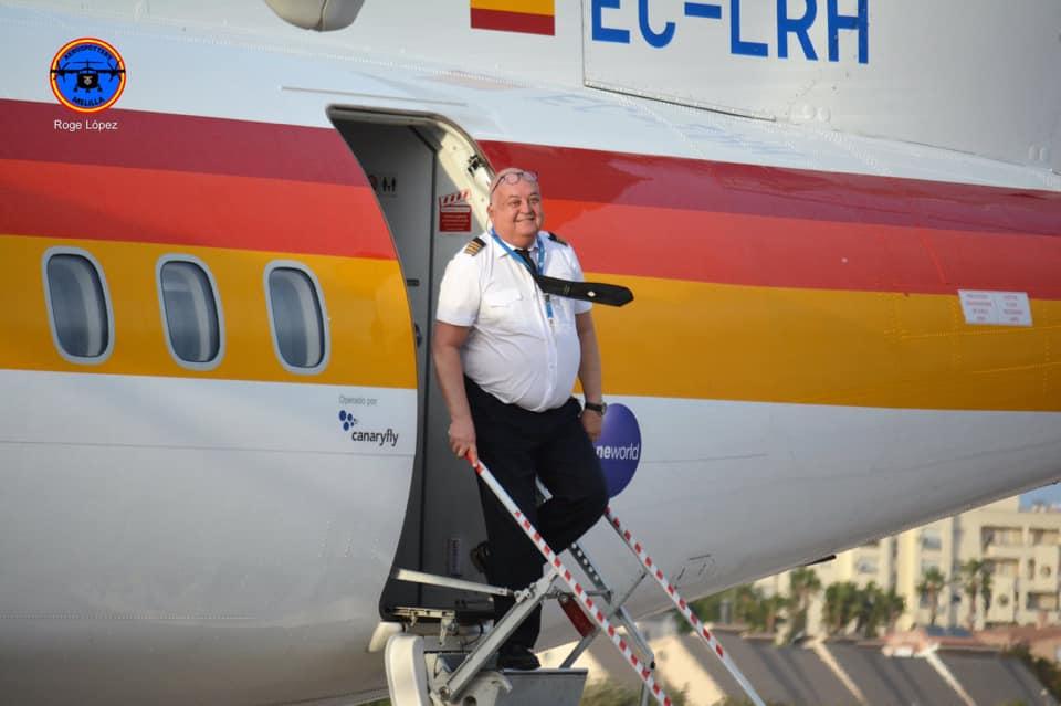 Walter Herzog, en la escalerilla del avión ATR-72 EC-LRH