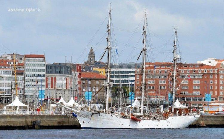 """El velero noruego """"Christian Radich"""", atracado en el puerto de A Coruña"""