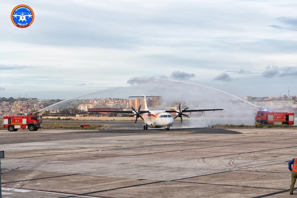 Los bomberos del aeropuerto de Melilla recibieron con un arco de chorros de agua el último vuelo comercial del comandante Walter Herzog
