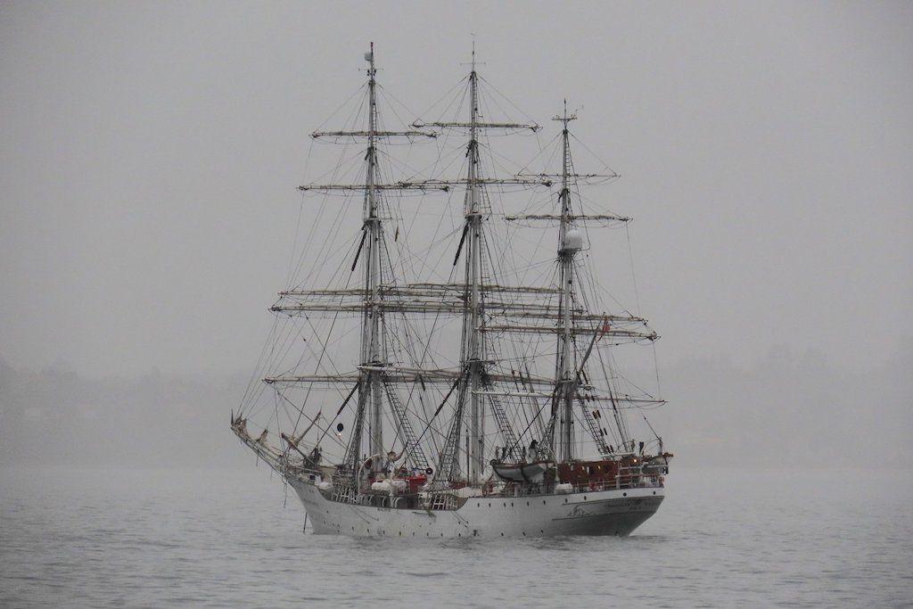 """El buque """"Christian Radich"""", fondeado en la ría de Ares"""