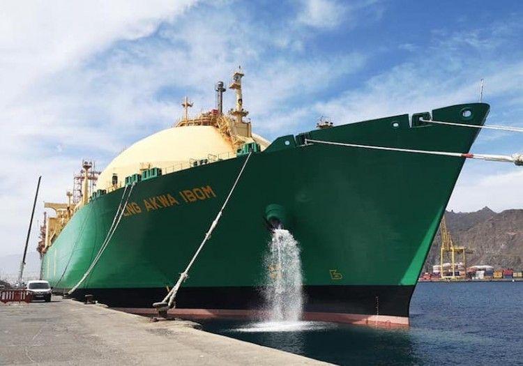 """El buque """"LNG Akwa Ibom"""", atracado en el dique del Este"""