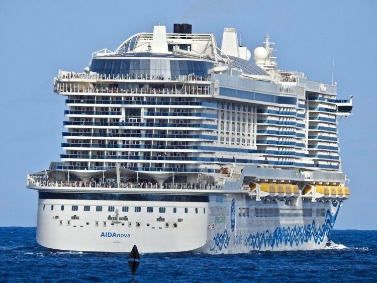 """El megacrucero """"AIDAnova"""", a su salida esta tarde de Las Palmas de Gran Canaria"""