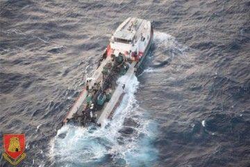 La sección de popa, a flote, tras partirse el casco