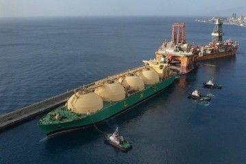 """El buque metanero """"LNG Akwa Ibom"""", en la maniobra de atraque en el dique del Este"""