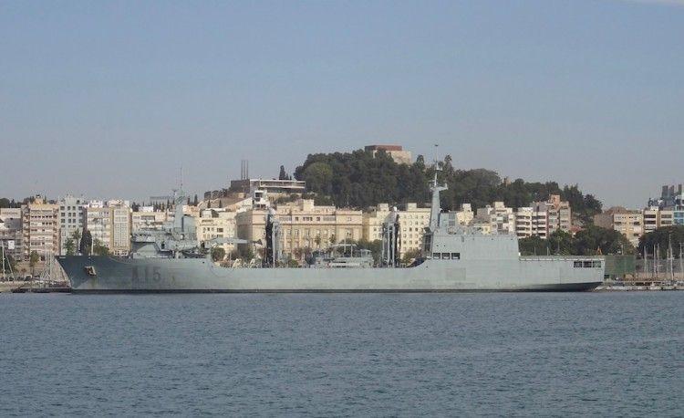 """El BAC """"Cantabria"""", en toda su eslora por babor, atracado en el puerto de Cartagena"""