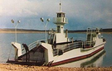 """El ferry """"Buendía"""", a orillas del pantano, recién  inaugurado el servicio"""